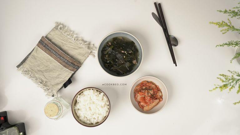 bữa cơm với canh rong biển và kim chi