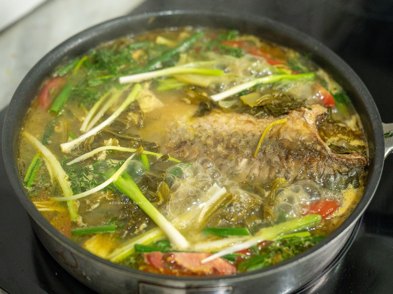 Chảo cá chép om dưa chua
